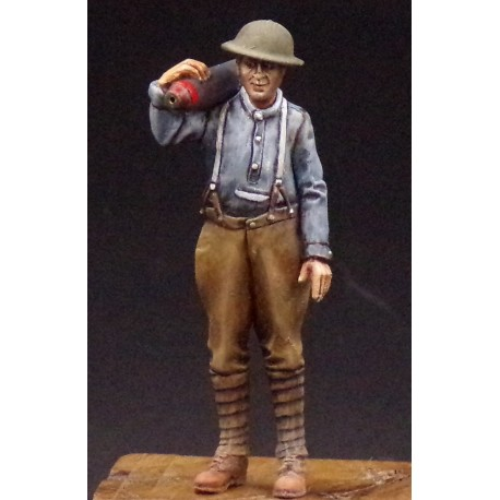 357010 Soldier with 6inch shell on shoulder